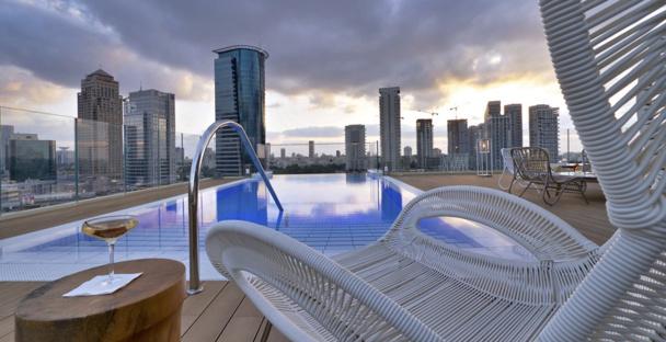Le sundeck et la piscine situés sur le toit de l'hôtel. - DR