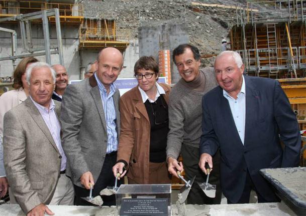 Henri Giscard d'Estaing, PDG du Club Méditerranée, entouré des élus et des partenaires, a posé la première pierre du Village Neige 4 Tridents de Val Thorens - DR : Club Med