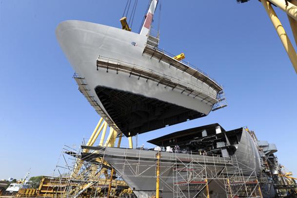 Le bloc de proue, qui vient d'être positionné, mesure quelque 8 mètres de haut pour près de 392 tonnes ; il présente près de 34 mètres de long pour une largeur maximale de 36,11 mètres - DR : Costa Croisières