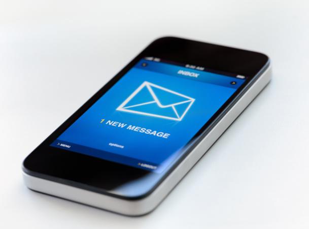 Le SMS possède un caractère privé, ce qui rend ce moyen de communication très intrusif. La plus grande partie des entreprises utilisant une méthode de SMS mailing prévient donc le destinataire au préalable - © bloomua - Fotolia.com