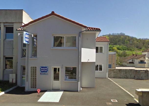 """L'entreprise MP Construction dont les locaux, au 15 Bis avenue des Volontaires, à Aurillac, portent la dénomination commerciale """"Maisons Partout"""" existe bien à l'adresse fournie à la Directrice de Voyaza. Sauf qu'elle assure ne pas être à l'origine de la demande d'ouverture de compte auprès de l'agence de voyages - Google Street View"""