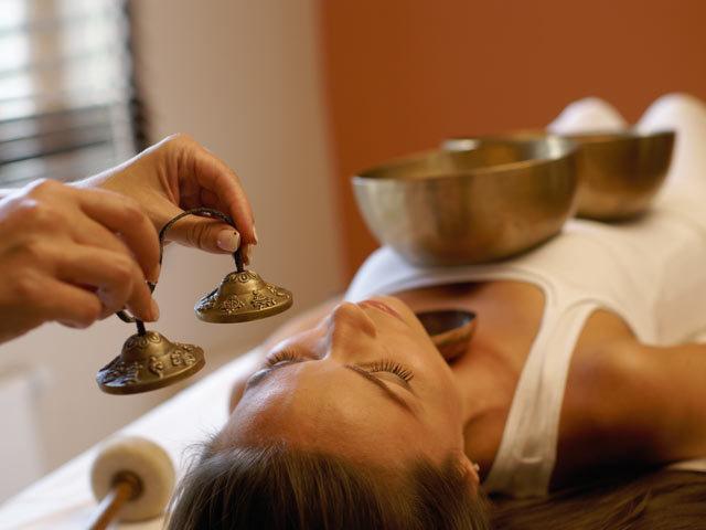Objet même du rituel ou simple introduction et conclusion, le Kansu permet de réaliser un massage interne grâce à ses seules ondes. ©Larimar