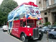 Un bus royal pour une tournée impériale...