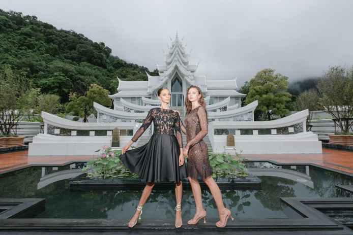 Adèle et Agathe de Fontenay posent pour le créateur Christophe Guillarmé  dans le magnifique décor de l'Hôtel Intercontinental. Crédit  Michelle Hansen