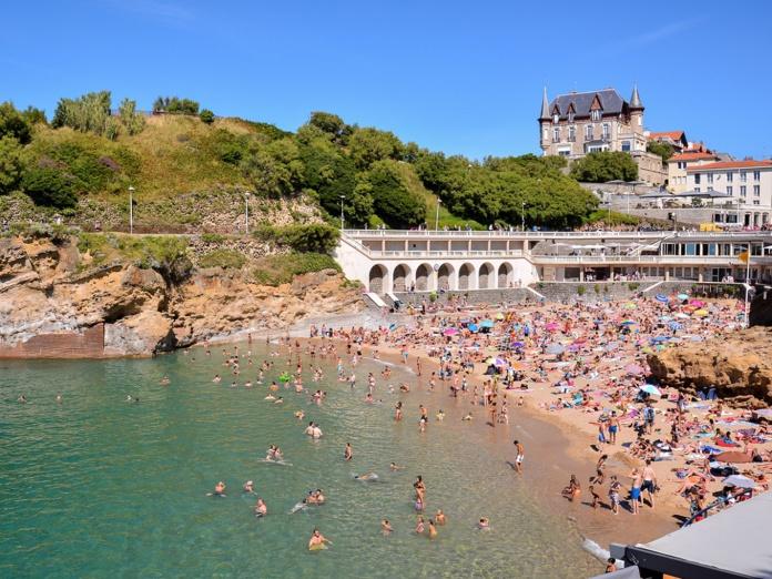 """""""Le tourisme de masse est aussi révélateur d'un mépris de classe. Autrefois seules les personnes fortunées faisaient du tourisme, en raison du prix élevé de l'activité, maintenant il est nettement plus accessible.   Si nous réservons l'activité à quelques happy few, alors il n'y aura plus de probème"""" selon Nicolas Martin, le DG de l'Office de Tourisme du Pays Basque - Crédit photo : Depositphotos @underworld1"""