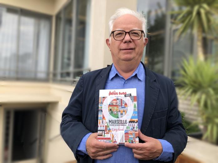 """Jean-Paul Labourdette, co-fondateur des guides """"Petit Fûté"""", présente le nouveau """"City book"""" baptisé """"Escapades autour de Marseille"""" /photo JDL"""