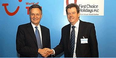 Michael Frenzel (à gauche) félicite Peter Long, Chief Executive Officer de TUI Travel PLC
