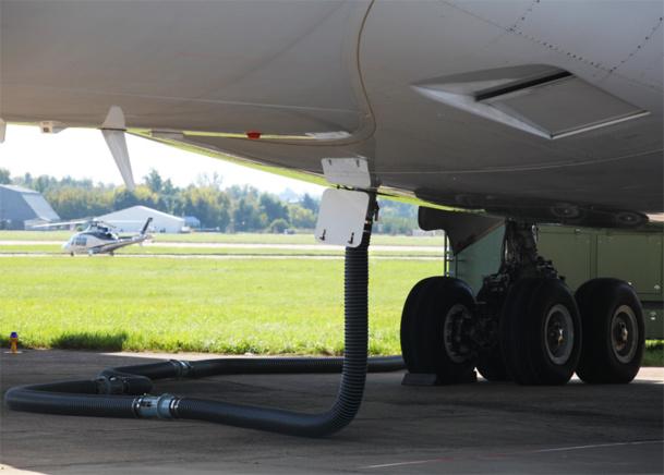 """C'est vrai, on en a souvent parlé de cette fameuse """"YQ"""", la plus belle escroquerie du siècle, mais qui arrange bien l'ensemble des transporteurs aériens.   Parce que, finalement, cette """"YQ"""" est totalement intégrée au prix """"de base"""" du billet, concocté par chaque transporteur et regroupe à la fois la """"taxe de sécurité"""" versée à l'aéroport, mais également la fameuse surcharge carburant. © Dmitry Vereshchagin - Fotolia.com"""