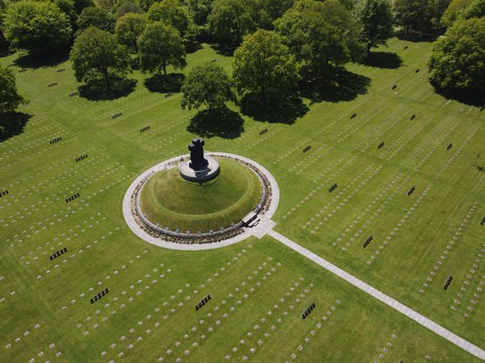 Cimetière vue aérienne © Jonathan Dale (Normandy History Tours)
