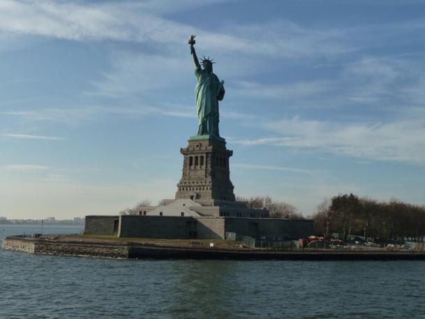 La statue de la liberté est fermée au public, mais les touristes peuvent toujours effectuer des croisières sur l'Hudson River qui passent à proximité. - Photo MS