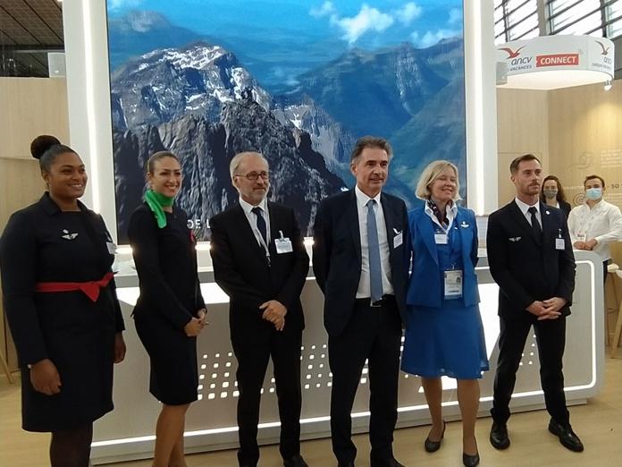 Au centre : Henri Hourcade, Directeur général France d'Air France-KLM et Henri de Peyrelongue, Directeur général adjoint, Commercial Ventes Air France-KLM, mardi 5 octobre 2021, premier jour du salon IFTM Top Resa. - CL