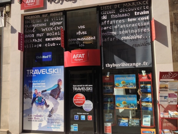 """L'agence """"Les voyages de Thybus"""" dans le 8ème arrondissement à Paris accueille durant toute la saison hiver un corner éphémère aux couleurs de Travelski."""