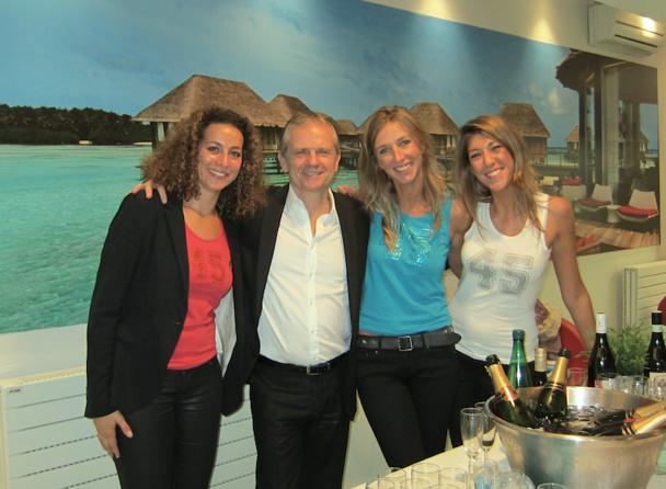 Didier Munin entouré de l'équipe de l'agence Boiloris équipée du premier corner Club Med. DR
