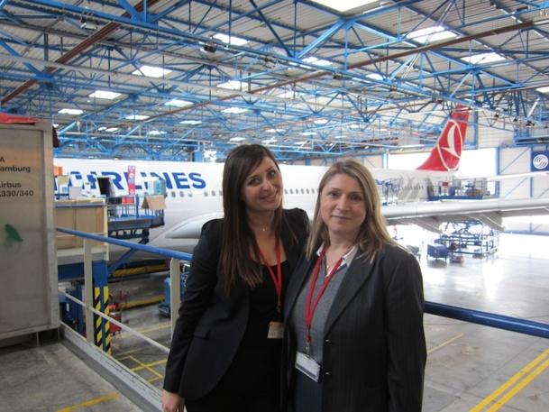 Aygun Gormus, représentante marketing à Toulouse et Nazan Erol, manager régional posent devant un Airbus A 330 commandé par la compagnie Turkish Airlines, dans l'usine Airbus de Toulouse. DR