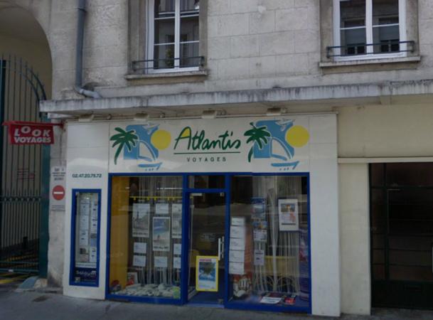 La vitrine de l'agence Atlantis Voyages, 1 rue des Fusillés à Tours (37) - Google Street View