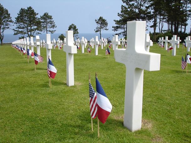 Il n'est pas rare de voir des visiteurs venir se recueillir sur la tombe d'un grand-père ou d'un arrière-grand-père - © david-bgn - Fotolia.com