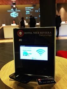 Netengo se revendique comme le seul moteur de recherche à utiliser cette technologie à destination des hôteliers, comme cette borne en situation à l'Hôtel Nice Riviera.