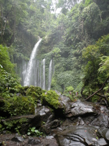 Faites une halte pour vous rafraîchir dans l'eau pure des cascades de Lombok ! - Photo CP