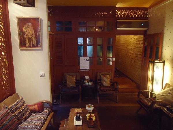 L'appartement a été transformé en maison traditionnelle du nord de la Thaïlande, tout de teck sculpté. ©DR