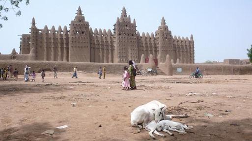 La grande mosquée de Djenné, le plus grand édifice du monde en terre crue située dans le nord du pays en zone rouge. Impossible pour les touristes de la visiter. DR