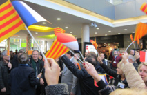 Des drapeaux français et catalans pour accueillir le TGV inaugural Barcelone Paris. DR