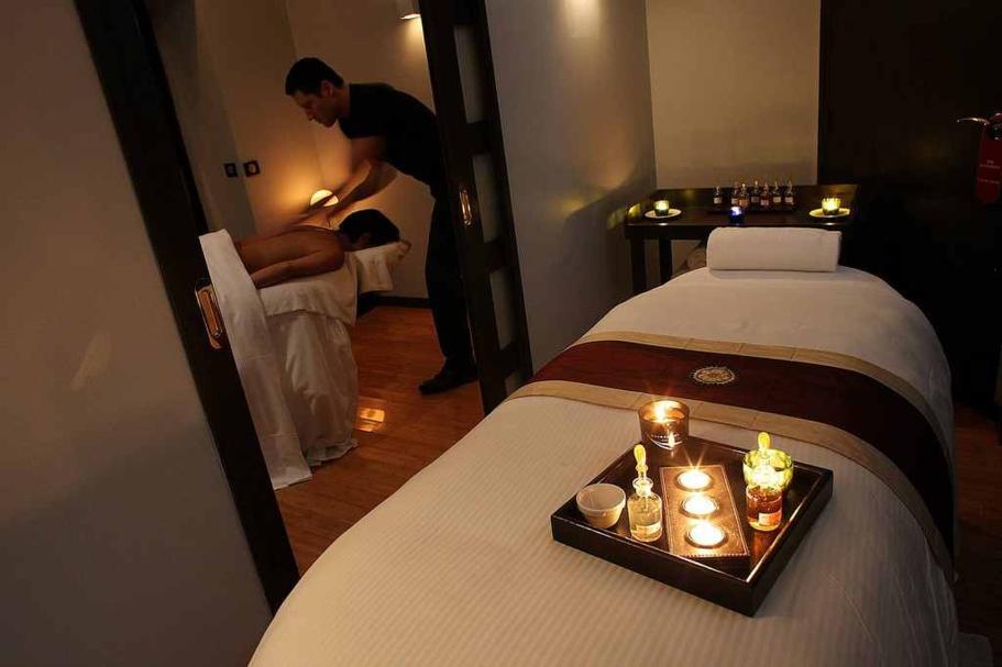 Table de massage, linge, musique, bougies, etc. Olivier Lecocq et ses praticiens recréent dans la chambre la même ambiance que dans les spas Monmasseur dans le cadre du room service.