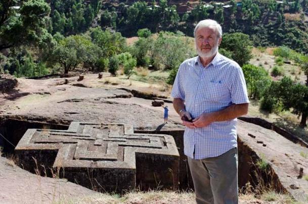 Jacques Klein en Ethiopie, devant les églises excavées de Lalibela, pour le circuit : Panorama de l'Ethiopie - DR : Jonathan Klein