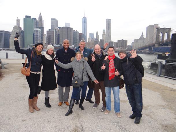 Devant la skyline de Manhattan, de gauche à droite : Audrey Chevret (Marco & Vasco), Chrystèle Cazin (NYC & Company France), Réginald Charlot (NYC & Company), Charline Lambert (Kuoni), Christophe Boniface (Aventuria), Gilles Ruquier (American Airlines), Charles Julien (JetSet voyages), David Chaumeil (Maison des Etats-Unis). DR - NYC & Company