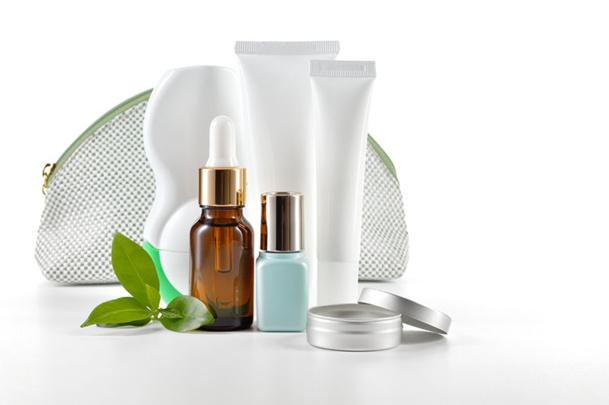 De nombreuses huiles essentielles participent à la préparation des produits cosmétiques. Traversant facilement la barrière cutanée, elles agissent en profondeur © geografika - Fotolia.com