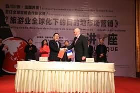 Signature de l'accord pour la création de la marque Interface Tourism China by STG; M. Wang HuaiLin, Vice Président du Sichuan Tourism Group et M. Gaël De la Porte du Theil, Président d'Interface Tourism - Photo DR