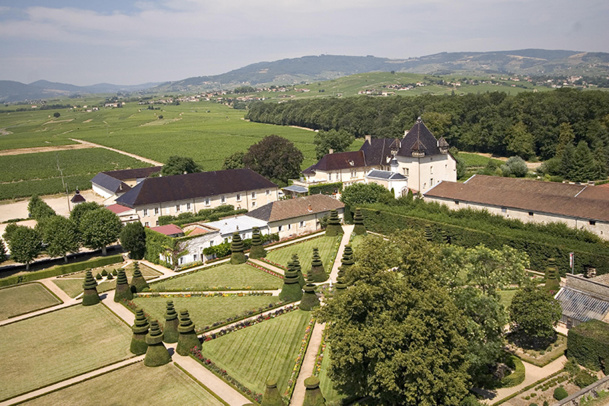 Le Château de Pizay comprend 62 chambres, suites et appartements avec vue sur les jardins, les dépendances et le vignoble - DR : Château de Pizay
