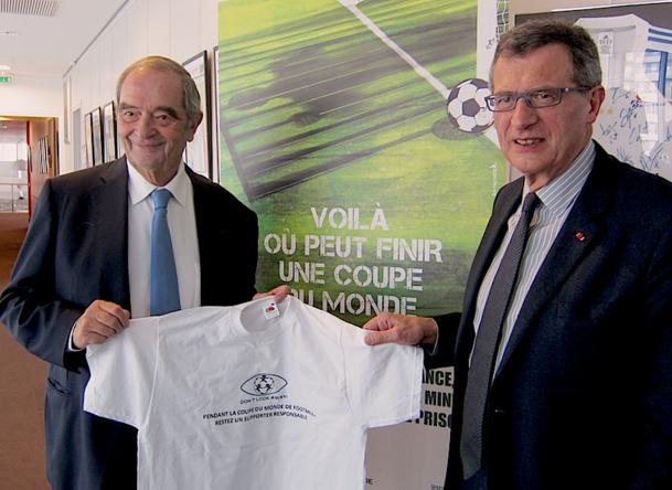 Georges Colson le président du SNAV et Jean-Cyril Spinetta d'Air France s'engagent contre la prostitution des enfants durant la coupe du monde. DR