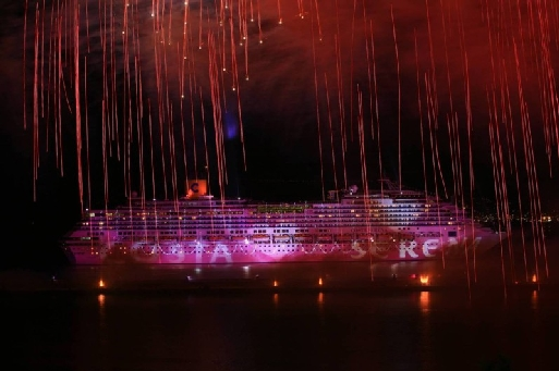(cliquer pour agrandir) La Sérénade Méditerranéenne en rade de Marseille a nécessité 70 projecteurs lumière et 2.500 fusées pyrotechniques qui ont illuminé la nuit marseillaise