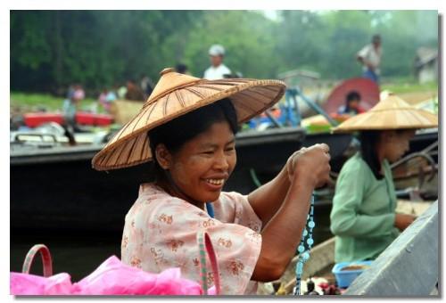 Un ''vrai'' marché flottant qui ne s'adresse pas uniquement aux touristes...