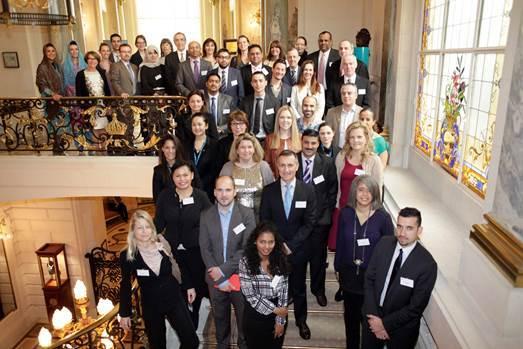 Rania Khodr, Directrice de l'Office de Tourisme d'Oman entourée par les 23 partenaires omanais - Photo DR