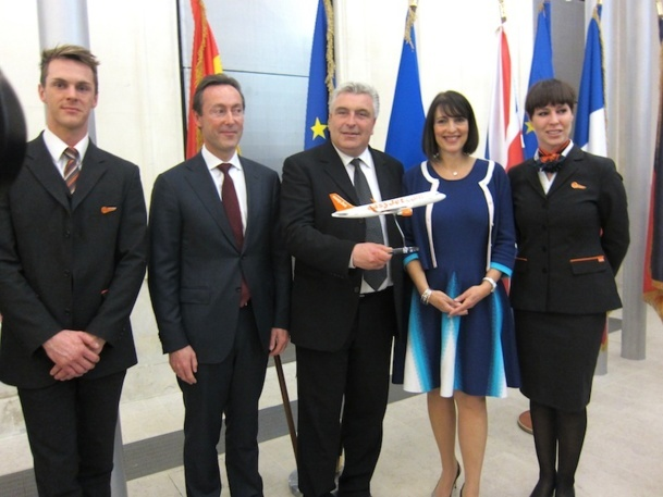 Carolyn McCall, easyJet 's CEO, surrounded by Fabrice Brégnier the President of Airbus and Frédéric Cuvillier, the Minister of Transportation. Photo LAC