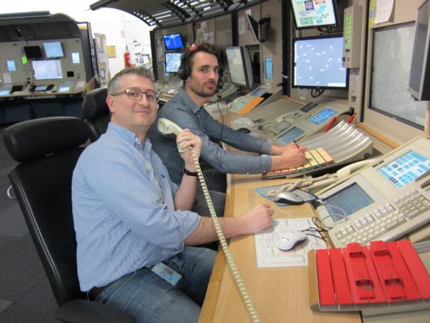 Kevin Sheehan et l'un de ses collègues à leur table de travail - Photo LAC