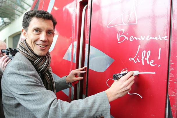 Franck Gervais, le directeur de Thalys apose sa signature sur le premier train direct entre Lille et Amsterdam. Photo Maxime Dufour