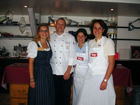 Le chef Thomas Dreher avec Esther Wilhelm de l'Office du Tourisme du Tyrol et Natascha Zeitel-Bank du Club Tyrol
