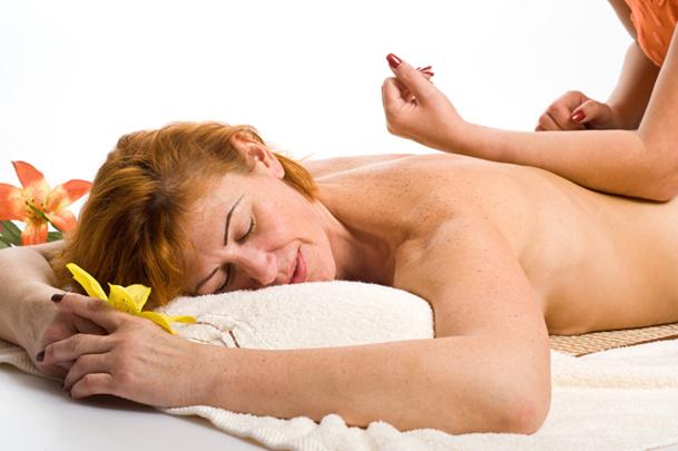L'une des particularités du lomi-lomi est d'utiliser et de mettre les avant-bras en contact complet avec la peau © Dron - Fotolia.com