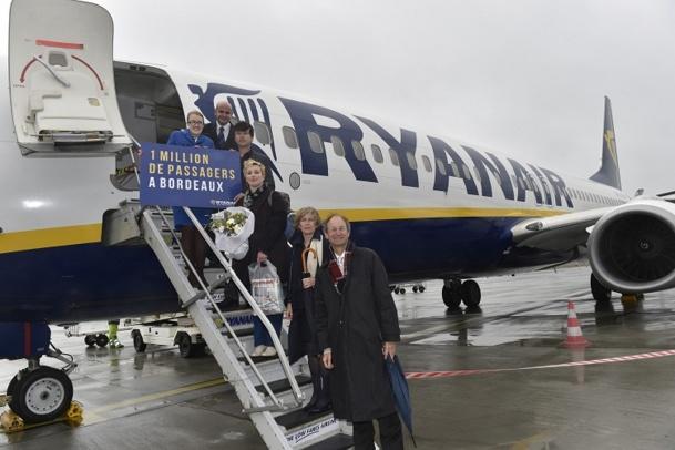 Mélanie Feydieu, millionième passager de Ryanair à Bordeaux, a été accueillie avec des cadeaux - Photo DR