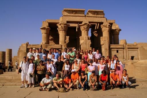 Les participants posent pour la postérité au temple de Kom Ombo (cliquer pour agrandir)