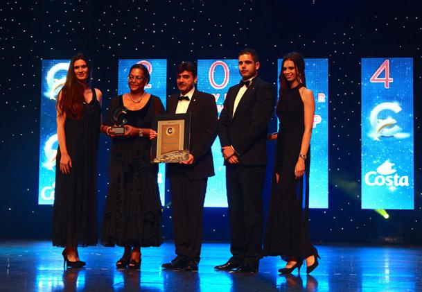 Tania Penchard, responsable croisière de l'agence Penchard Voyages en Guadeloupe reçoit son prix des mains de Georges Azouze - DR : L.T.