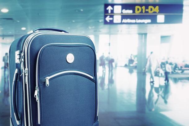 Le passager refoulé, est finalement autorisé à grimper à bord d l'aéroplane, avec sa valoche aux roulettes intactes mais qui, elles, ont eu sacrément chaud aux fesses - DR : © Nomad_Soul - Fotolia.com
