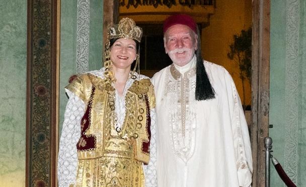 Leila Tekaia, directrice de l'ONTT]b pour la France, et b[Pierre Amalou,]b tous deux revêtus des habits et bijoux traditionnels d'un mariage de la région de Sousse, scellent symboliquement le soutien à la destination. /photo dr
