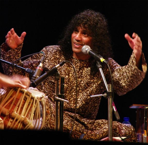 Pandit Shivkumar, artiste originaire de Goa invite  un voyage sonore au coeur des traditions indiennes.