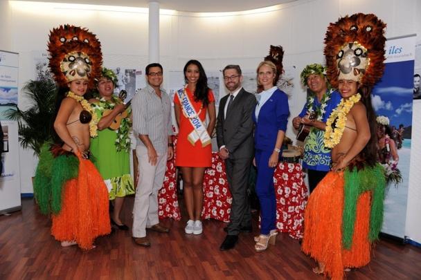 Les responsables de TAHITI TOURISME et d'AIR TAHITI  NUI qui ont accueillie hier soir Flora COQUEREL, Miss France 2014  avec l'orchestre polynésien - Photo PhB