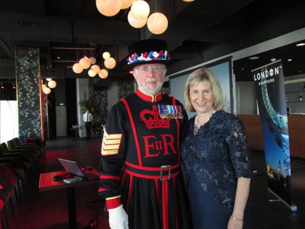Barbara Jamison, directrice de London & Partners avec l'un des 37 gardes de la Tour de Londres qui avait lui aussi fait le voyage à Paris. Photo MS