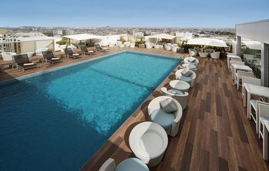 Le Mövenpick Hotel Casablanca dispose d'une piscine sur son toit avec une vue imprenable sur la ville - Photo DR