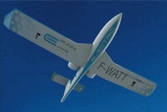 Avion électrique : Ségolène Royal assiste à une démonstration de l'E-FAN